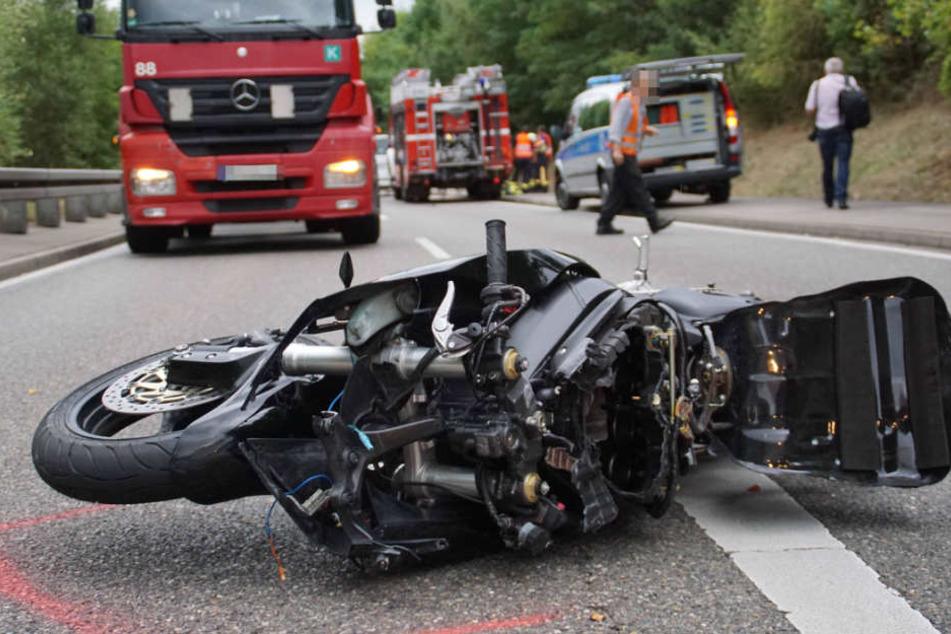 Tödliches Überholmanöver: Biker (22) von Mercedes überrollt