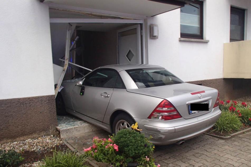 Den Hauseingang ist nach dem Unfall kaum noch als solcher auszumachen.
