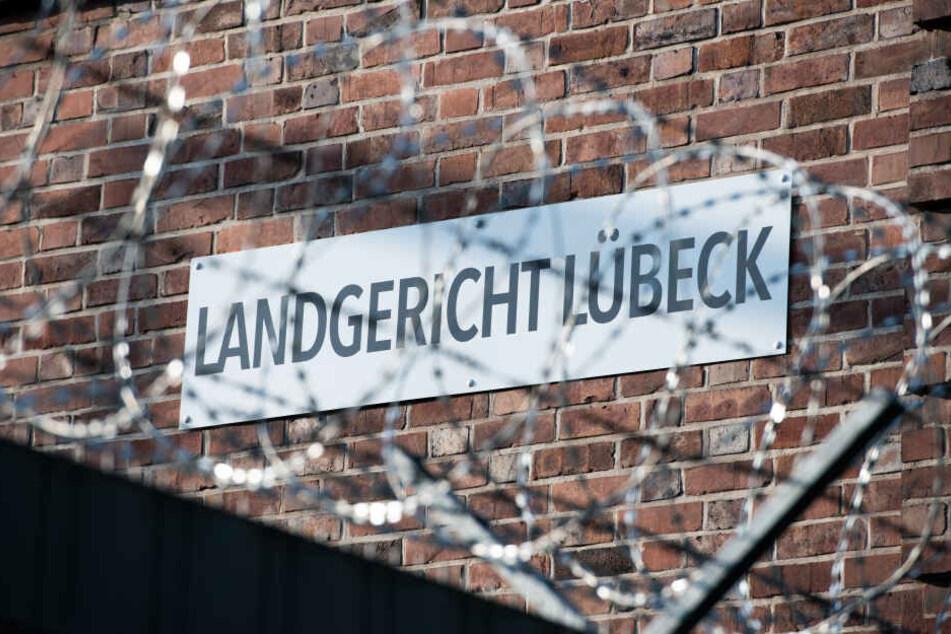 Stacheldraht sichert das Landgericht Lübeck.