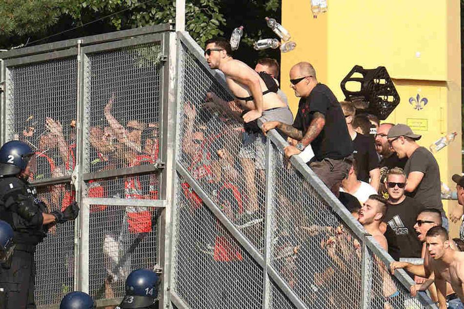 Während der Partie legten sich Eintracht-Ultras mit der Polizei an.