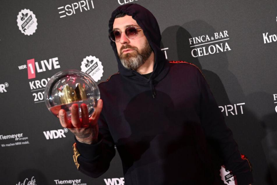 """Der Rapper Sido freut sich bei der Verleihung der 1live Krone 2019 in die Jahrhunderthalle über den Preis in den Kategorie """"Bester Künstler""""."""