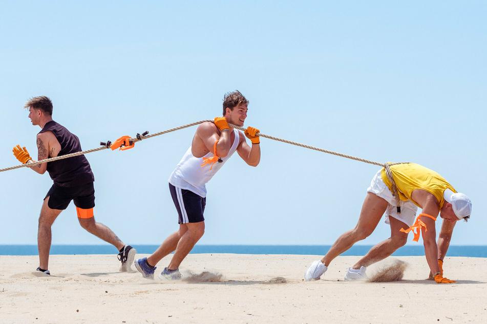 """Beim """"Ägyptischen Bootsrennen"""" mussten die Promille-Prolls Henrik Stoltenberg (M., 24) und Calvin Kleinen (r., 29) beweisen, dass sie trotz durchzechter Nacht fit sind."""