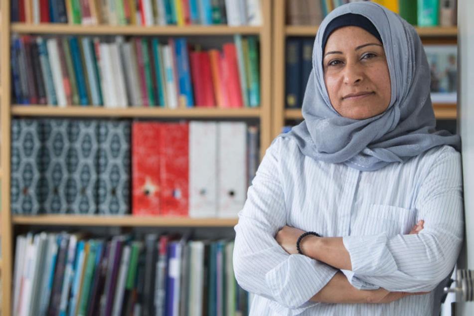 Salwa Almohamed, Gastwissenschaftlerin am Institut für Tropische Agrarwissenschaften an der Universität Hohenheim steht vor einer Bücherwand.
