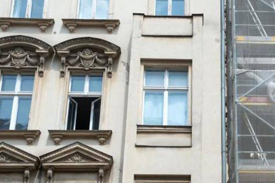 Dass er keinen Balkon besitzt, war dem 20-Jährigen wohl entfallen. Er stürzte vier Meter in die Tiefe. (Symbolbild)
