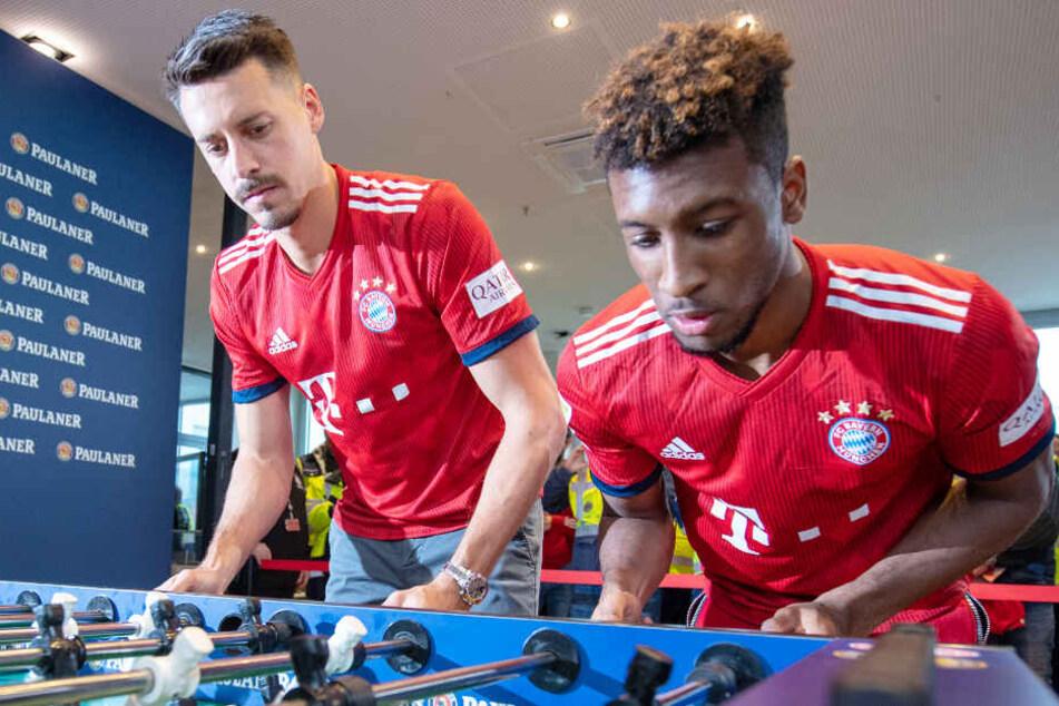 Sandro Wagner (l.) dürfte wahrscheinlich noch ein Weilchen das Trikot des FC Bayern tragen. (Archivbild)