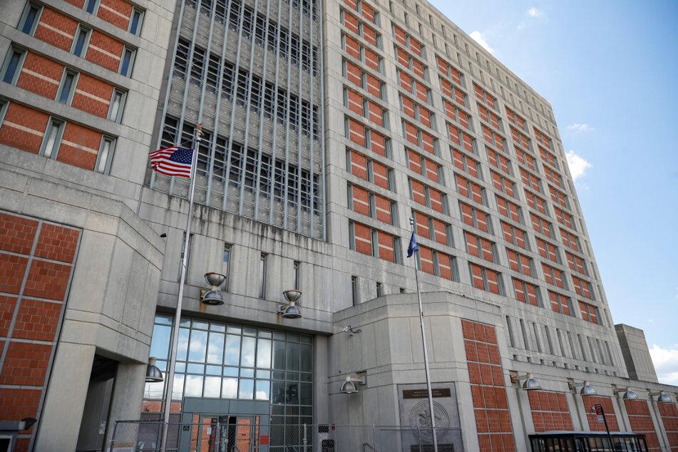 Ein Zaun steht vor dem Haupteingang des Metropolitan Detention Center, in dem Ghislaine Maxwell derzeit inhaftiert ist.