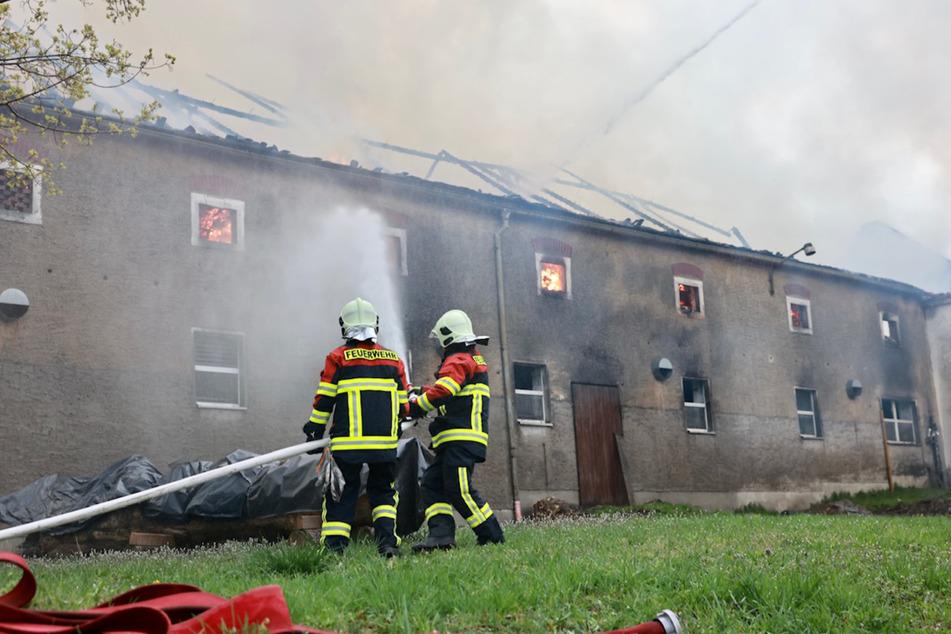 Flammen schlagen aus den Fenstern dieses Gebäudes.