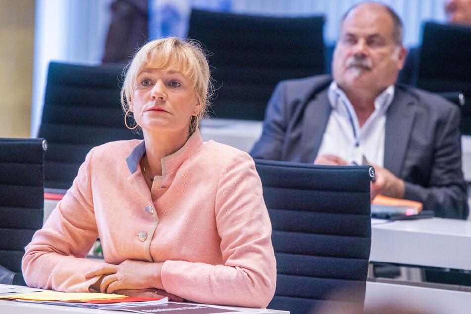 Simone Oldenburg, Fraktionsvorsitzende der Linken im Landtag von Mecklenburg-Vorpommern, sitzt auf ihrem Abgeordnetenplatz.