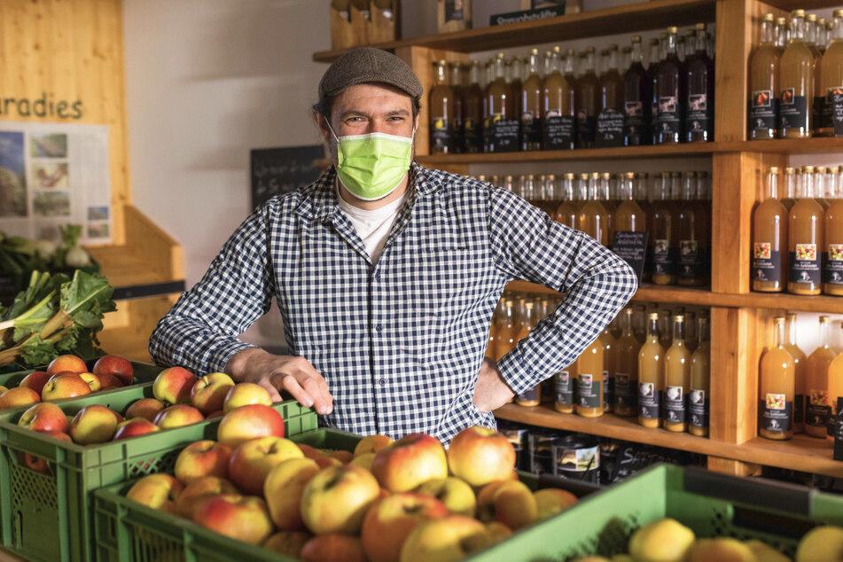 """Johannes Geng, Geschäftsführer des Hofladens """"Obstparadies"""" in Staufen, steht in seinem Hofladen, in dem er neben eigenem Obst und Produkten daraus auch regionales Gemüse verkauft. Landwirte berichten von gestiegener Nachfrage nach ihren direkt zum verkauf angebotenen Produkten."""