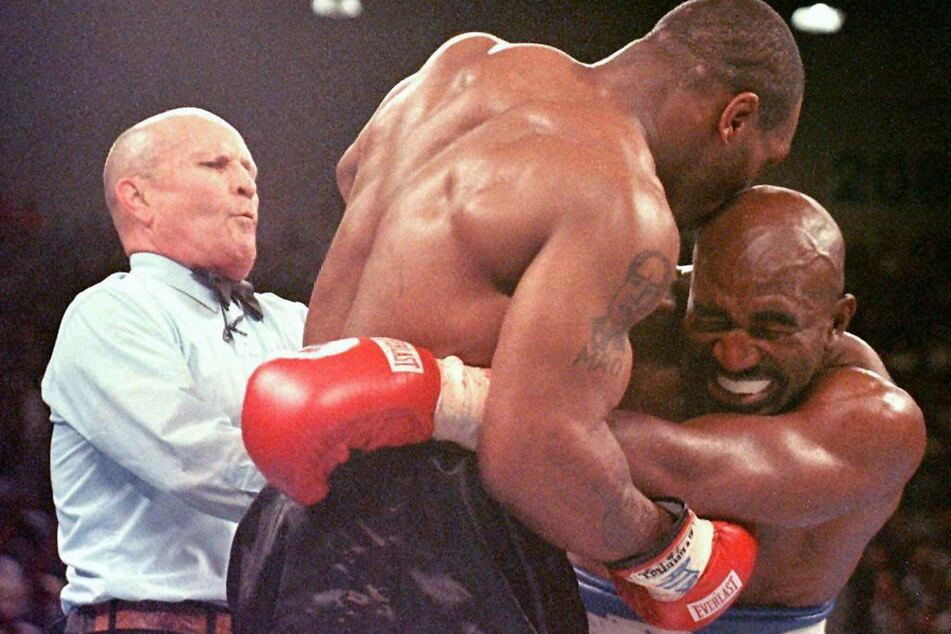 In diesem legendären Moment der Box-Geschichte biss Mike Tyson (M.) seinem Gegner Evander Holyfield (r.) einen Teil seines Ohres ab. (Archivbild)