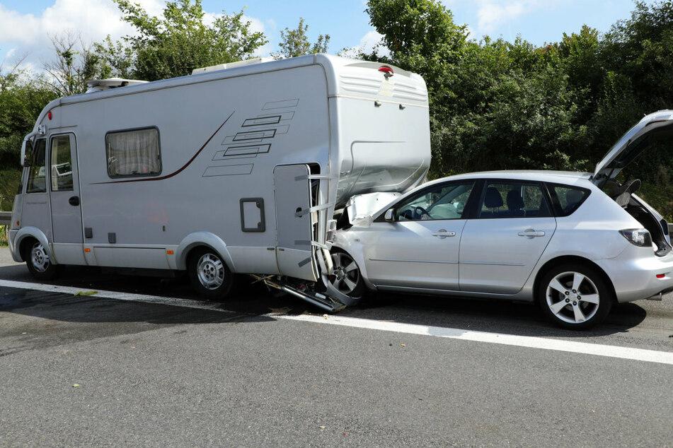Ein Mazda knallte auf ein Wohnmobil. Der Fahrer des Mazda wurde bei dem Unfall schwer verletzt.