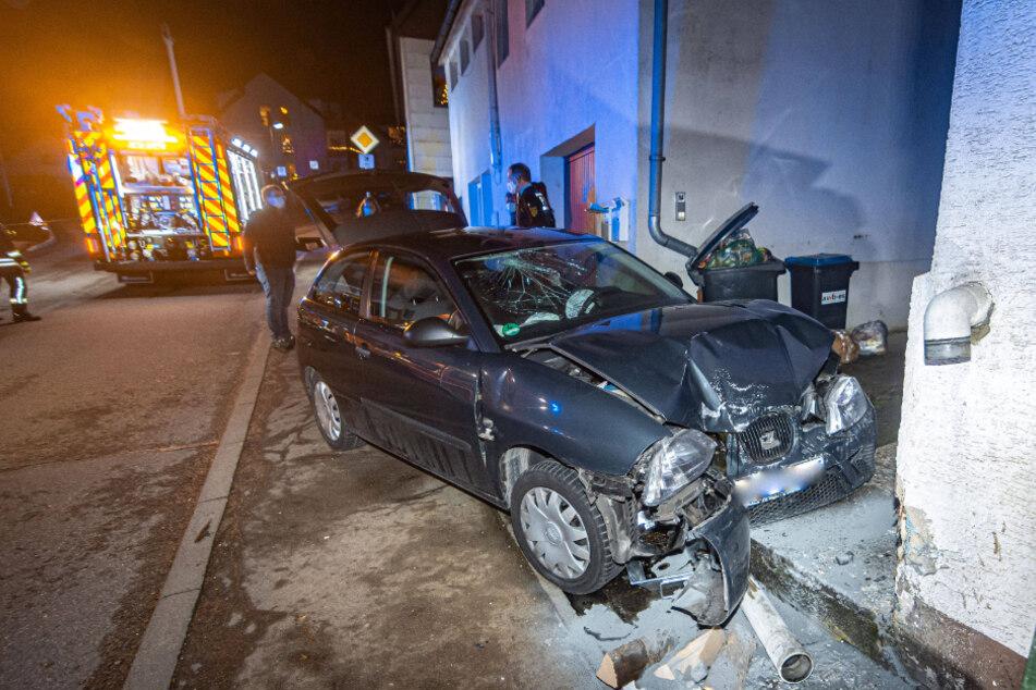 Auto kracht gegen Hauswand: Fahrer und Beifahrer im Krankenhaus