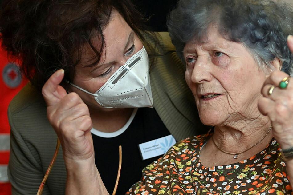 Erste geimpfte Sächsin Hanna (85) zum zweiten Mal gepikst! In der Pflege sind Vorbilder gefragt