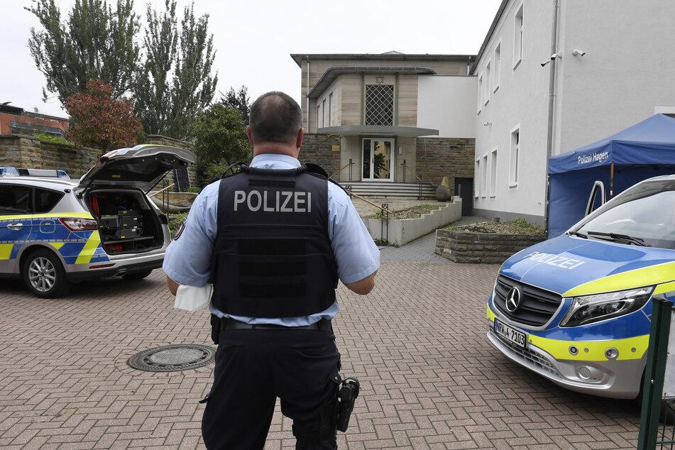 Die Polizei bewacht eine Synagoge in Hagen, nachdem es Hinweise auf eine Gefährdungslage gegeben hatte.