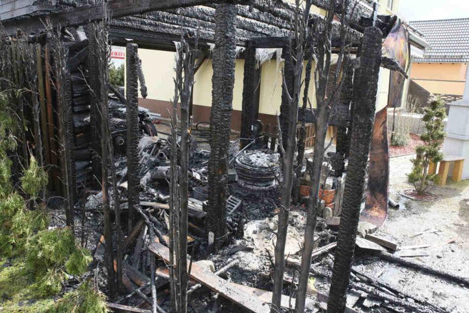 Die Flammen griffen auf das Carport über.