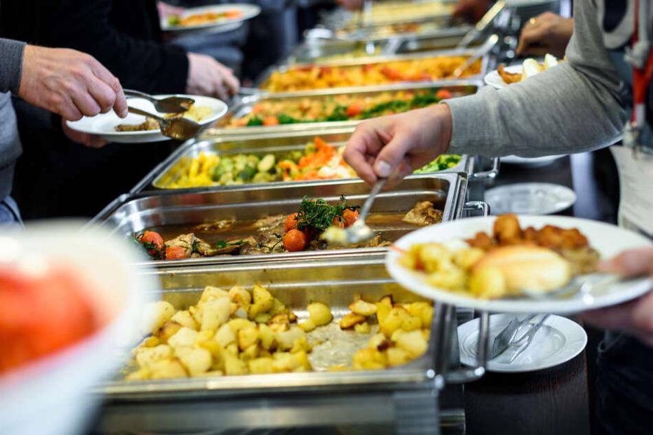 Ein Gast hätte zehn Plastik-Behälter mit, um sich Essen mitzunehmen. (Symbolbild)