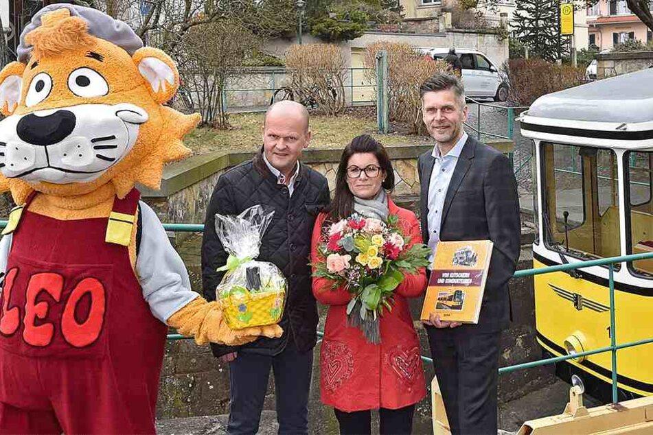 Die DVB mit Vorstand Lars Seiffert (48, r.) und Maskottchen Leo gratulieren dem Wirtsehepaar Rühle.