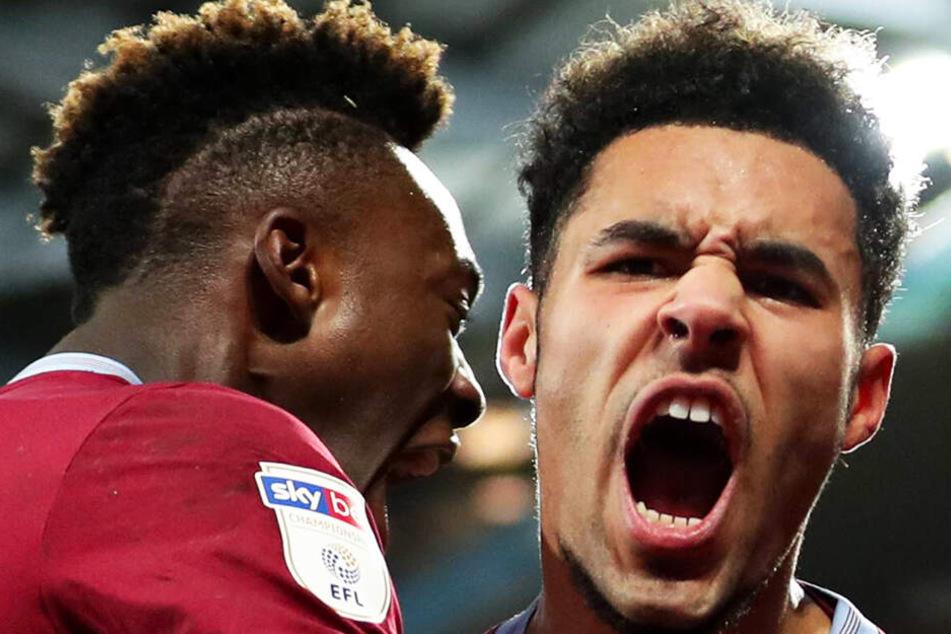 Wahnsinn! Torschütze Andre Green (r.) und Goalgetter Tammy Abraham bejubeln Aston Villas fantastische Aufholjagd.