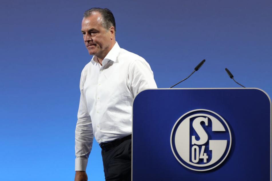 Clemens Tönnies, tritt von einem Schalke-Podest zur Seite.