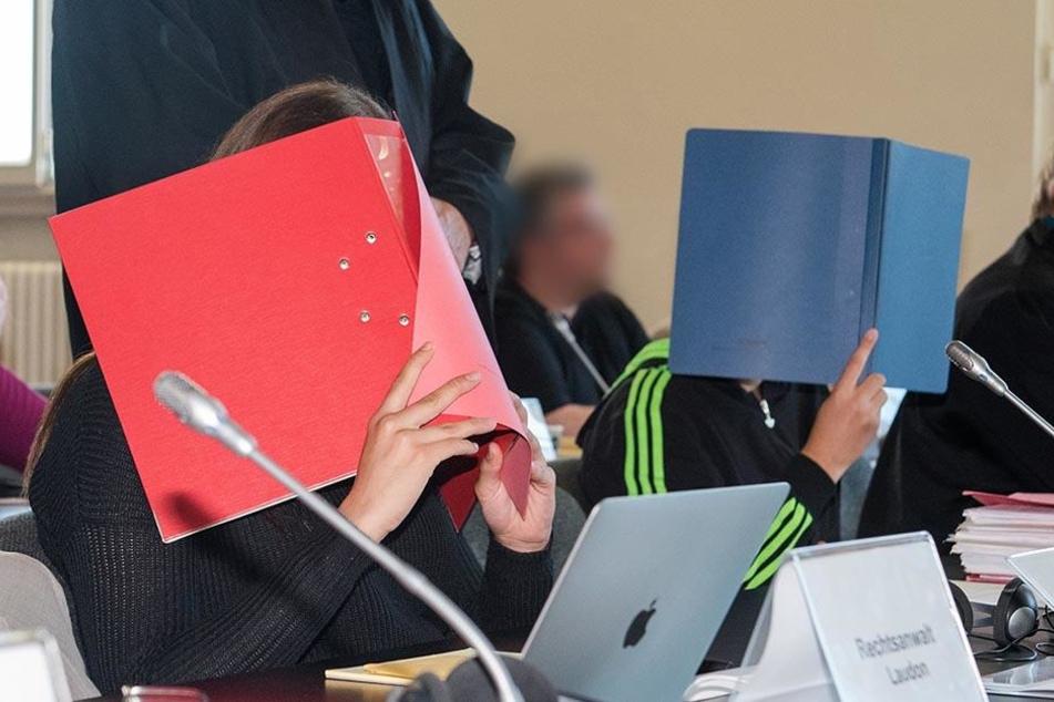 Zwei der Angeklagten und ihre gesetzlichen Vertreter sitzen am 25.08.2016 in Hamburg im Landgericht.