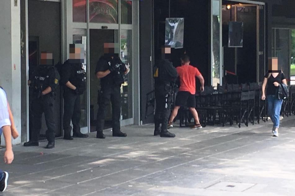 Bewaffnete Beamte auf der Party-Meile Theodor-Heuss-Straße.