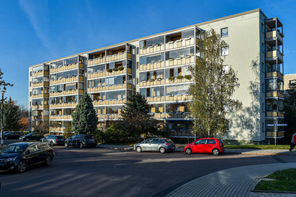 """In der Muldaer Straße von Kleinpestitz wohnen noch zahlreiche Erstmieter. Der Wohnungsgenossenschaft """"Glückauf"""" Süd Dresden gehören dort viele Wohnungen."""
