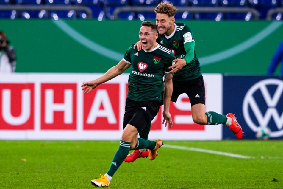 Martin Thomann (l.) feiert seinen 1:0-Führungstreffer für Schweinfurt euphorisch.