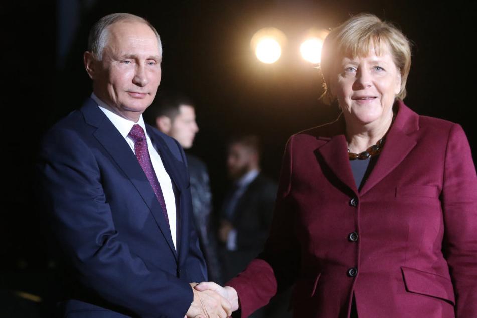 Putin (64) erschien mit etwa 30 Minuten Verspätung gegen 18.30 Uhr zu den Gesprächen - hier mit Angela Merkel (62, CDU).