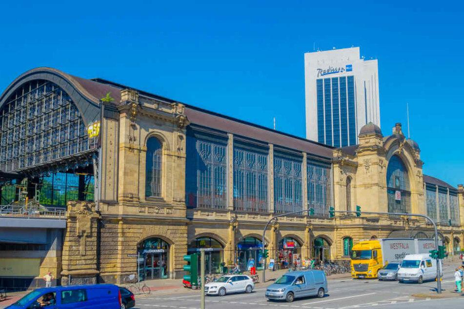 """Das historische Gebäude des Bahnhofs mit dem Namen """"Hamburg-Dammtor"""", der nun bald mit dem Zusatz """"Universität"""" versehen wird."""