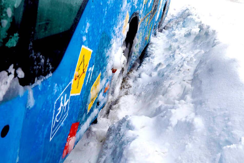 """""""Egon"""" hat Sachsen erreicht: Bus fährt sich im Schnee fest"""