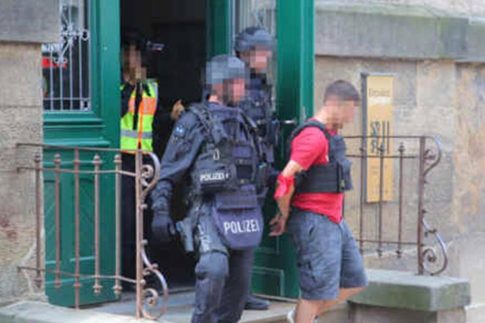 Der gespielte Täter wird von den Einsatzkräften abgeführt.