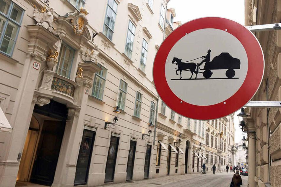 In einer Wiener Straße sind Pferdekutschen verboten.