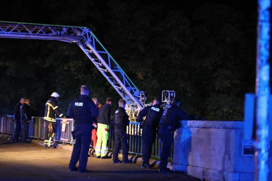 Zahlreiche Einsatzkräfte von Feuerwehr und Polizei waren in der Nacht von Freitag auf Samstag vor Ort.