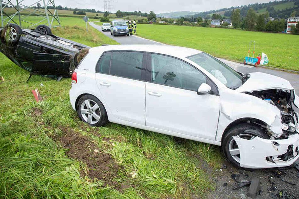Trümmerfeld: Audi überschlägt sich und landet auf dem Dach