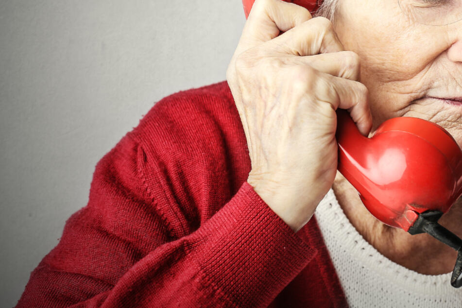 Viele alleinlebende Senioren fühlen sich aktuell einsam. Daher werden ehrenamtliche Telefonpaten gesucht (Symbolbild).