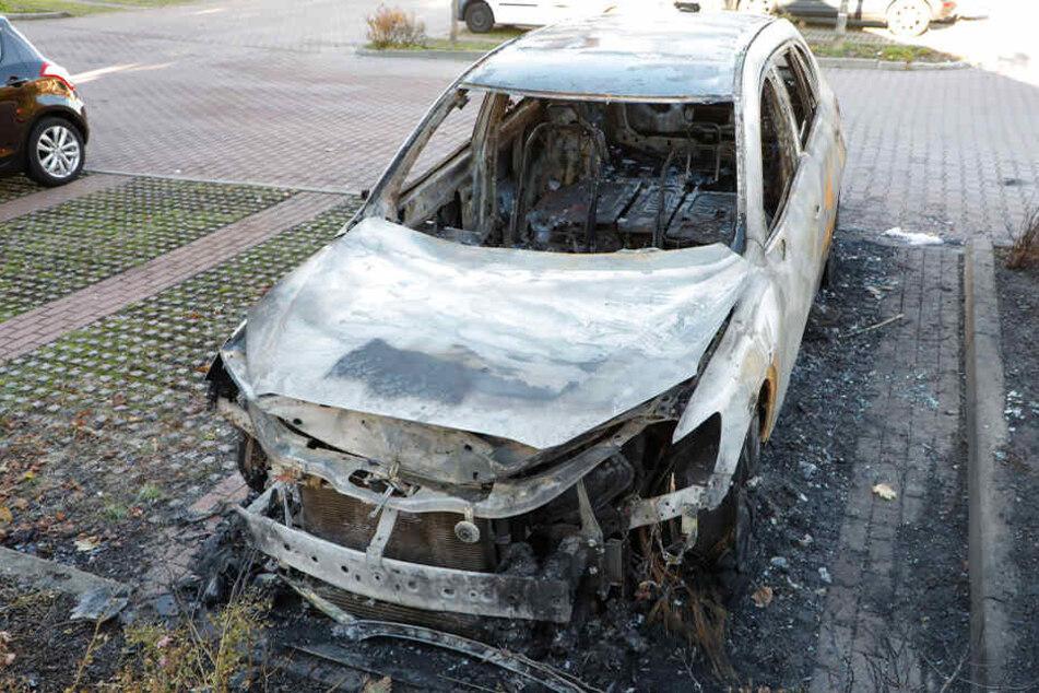 Brandstiftung in Chemnitz? Mazda SUV brennt komplett aus