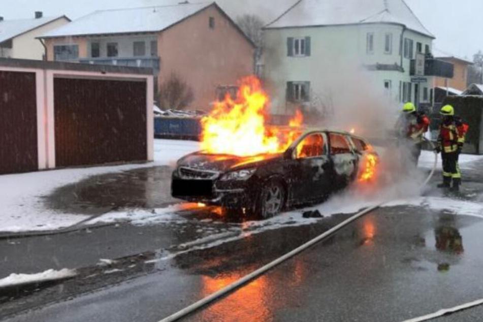 Ausgerechnet in der Löschbrandstraße: Auto steht in Flammen