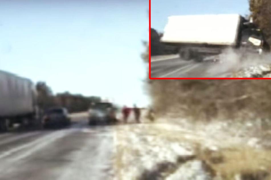 Polizisten wechseln am Straßenrand einen Reifen, dann kommt ein Lkw angeflogen