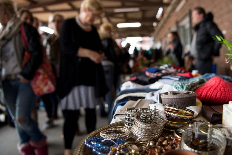 Mann geht mit wertvoller Münzsammlung auf Flohmarkt: Prompt wird sie gestohlen