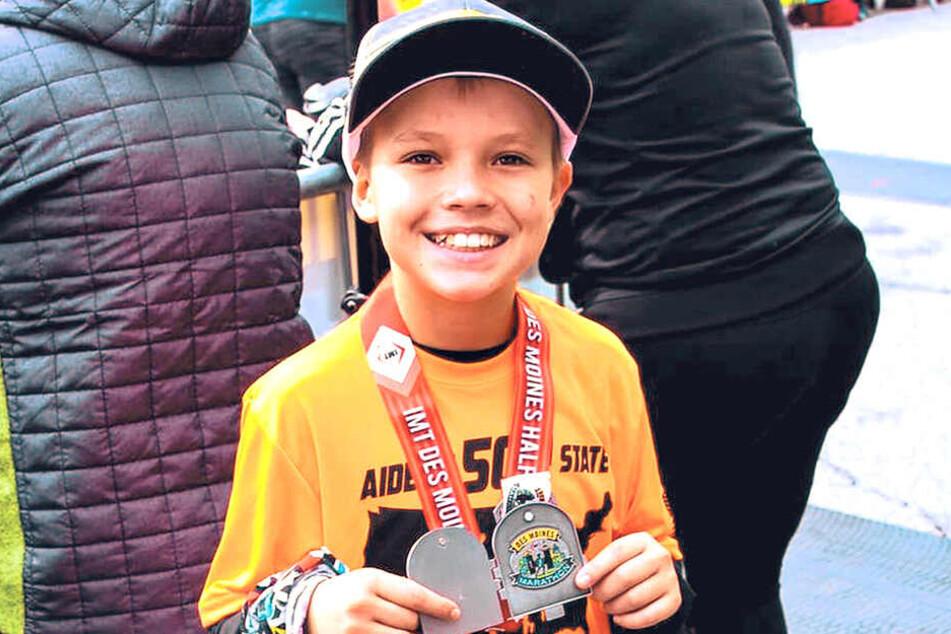 Aiden Jaquez (11) ist stolz über jede Medaille, die er nach einem erfolgreichen Halbmarathon bekommt.