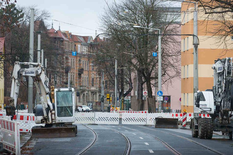 """Noch stehen die letzten Bagger an der Haltestelle """"Hugo-Bürkner-Straße"""". Ab Dienstag fahren hier wieder die Straßenbahnen 9 und 13 entlang."""
