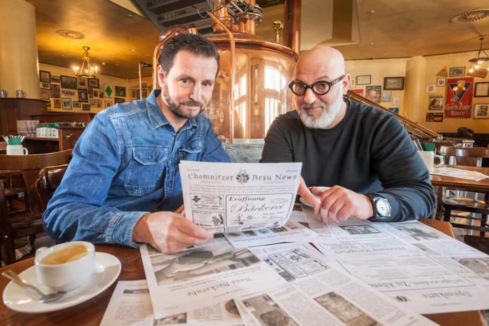 Gemeinsam mit Andreas Müller (46,r.) tüftelt André Donath (52) über seiner eigenen Hauszeitung.