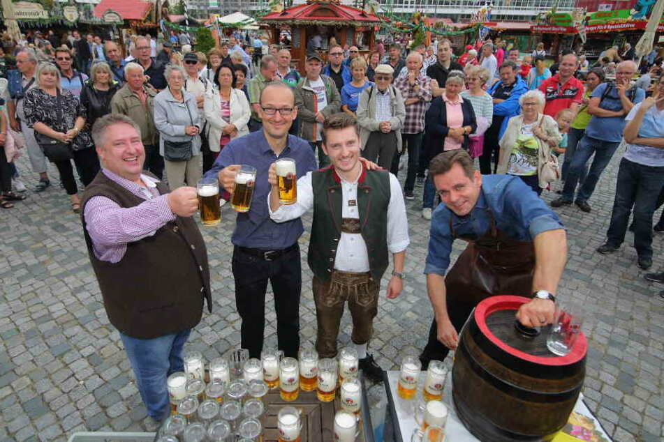 Fassanstich mit Happy End: Heiko Meyer (54, v.l.), Dr. Robert Franke (40),  Patrick Liebig (28) und Michael Schulze (46) prosten sich zu.