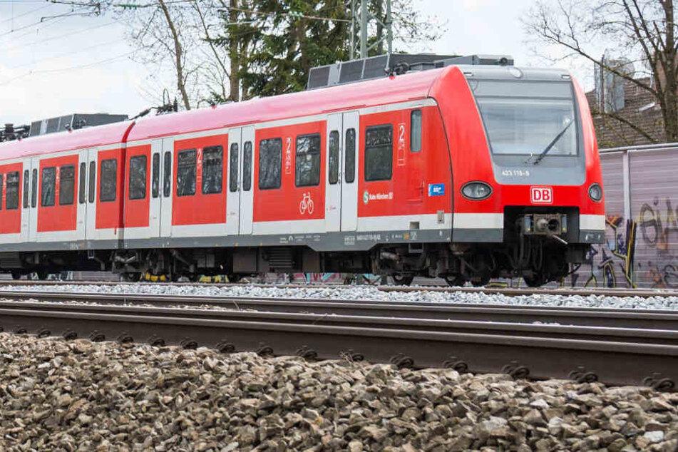 Der 37 Jahre alte Mann wurde von einer S-Bahn erfasst und getötet. (Symbolbild)