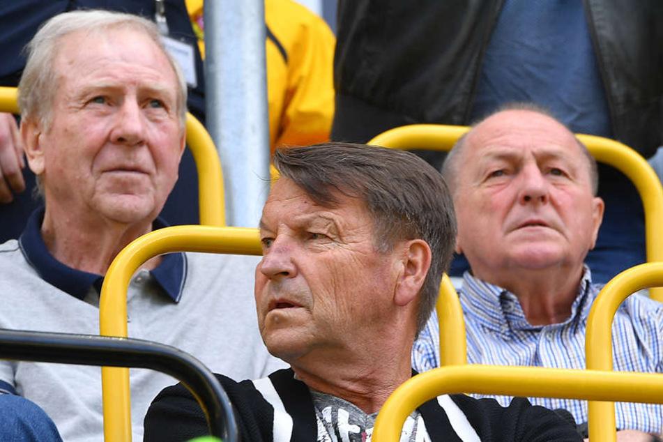 Die Dynamo-Legenden Klaus Sammer (links hinten) und Dieter Riedel (hinten rechts) wollen mit Eduard Geyer nichts mehr zu tun haben.