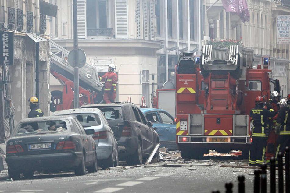 Feuerwehrleute haben nach der Explosion alle Hände voll zu tun.