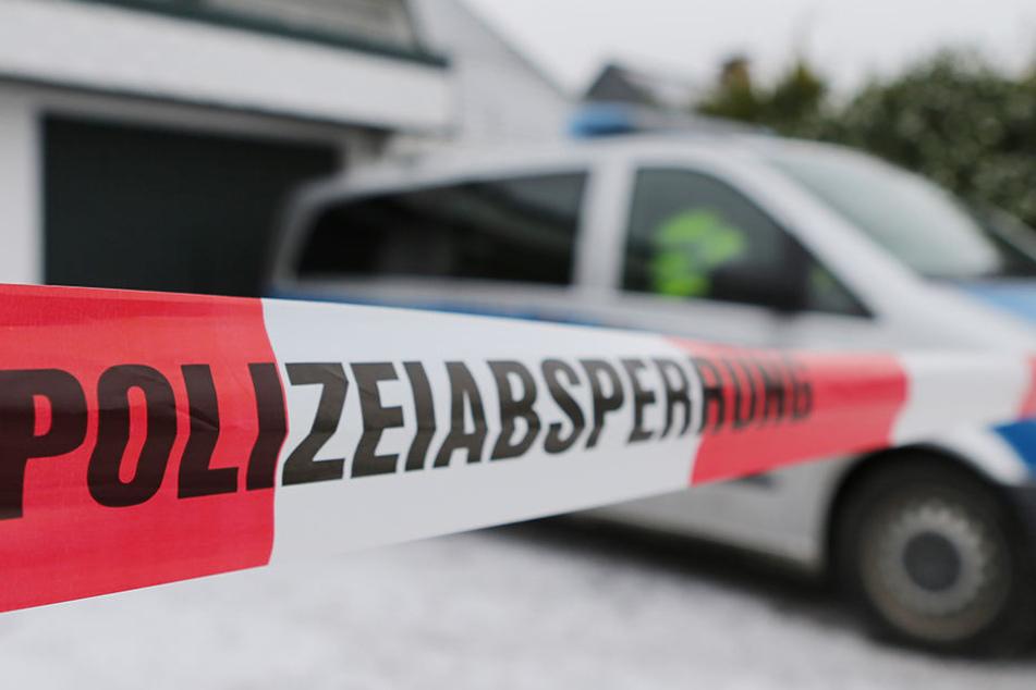 Die Polizei drang am Mittwoch in ein Haus im Saalekreis ein und fand dort eine Frau tot auf. Ihr verletzter Ehemann befand sich ebenfalls in dem Haus.