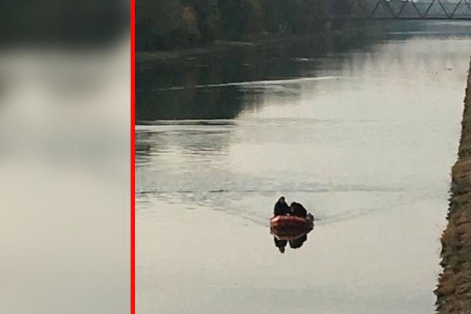 Von einem Boot aus sucht die Feuerwehr den Mittellandkanal ab.