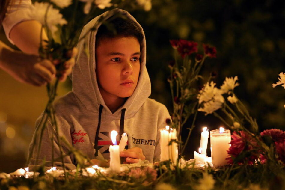Ein Junge trauert um die toten Fußballer von Chapecoense.