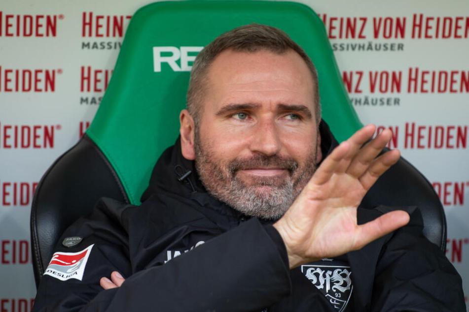 Der nächste Ex-Trainer des VfB Stuttgart: Tim Walter sitzt bei seinem letzten Spiel als Schwaben-Coach in Hannover auf der Bank.